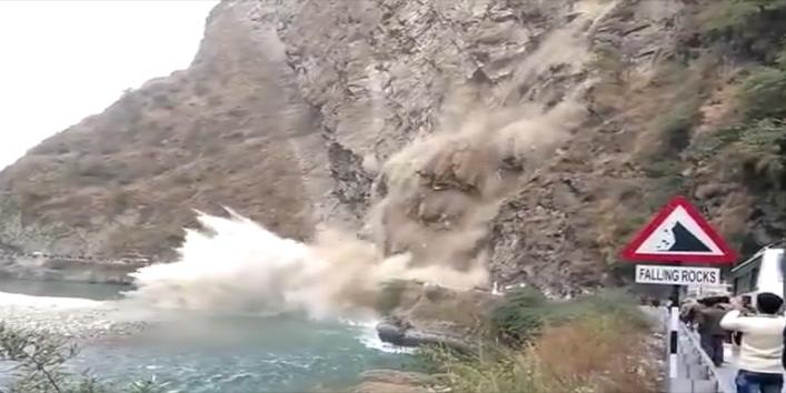 कैसे-गिरता-है-पहाड़,-देखें-इस-वीडियो-में