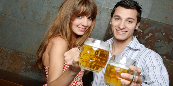cute-couple-having-beers_qyqj2f