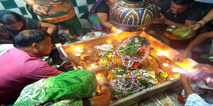 vrat-tyohar- god-shiv- abhishek-done-with- sugarcane-juice
