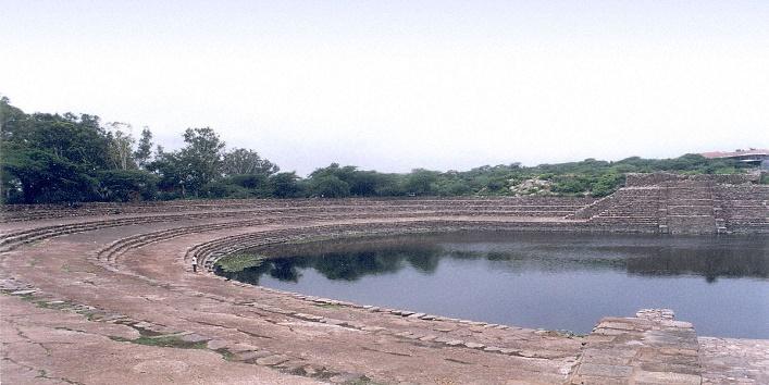 1200px-Suraj_Kund 2nd