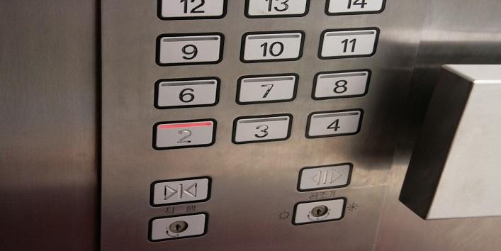 लिफ्ट में नहीं है 5 वीं मंजिल का बटन