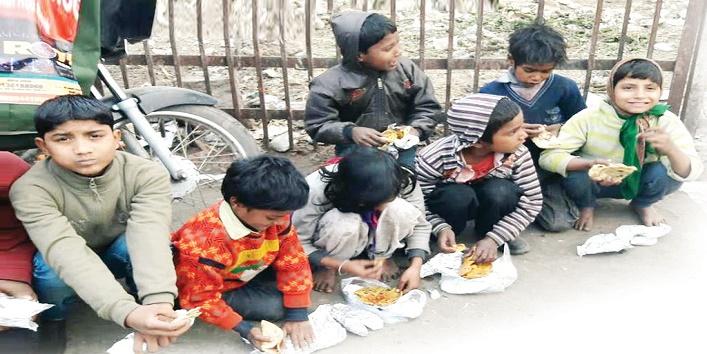 अस्पताल जाकर भी गरीबों को कराते हैं भोजन