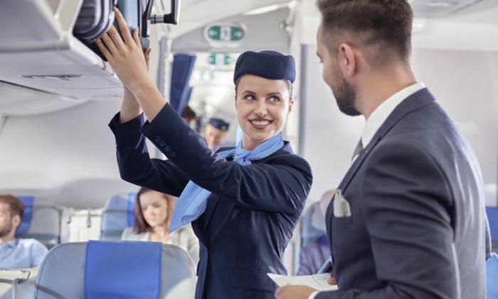 हवाई टिकट के साथ फ्लाइट अटेंडेंट को भी समझते हैं अपनी प्रॉपर्टी